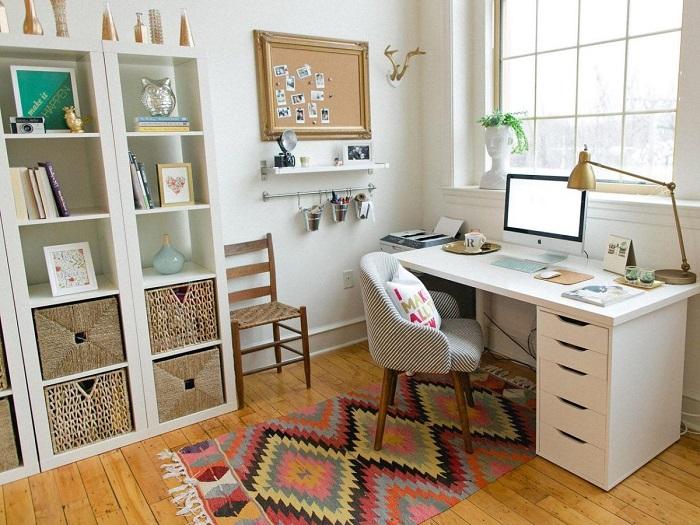 Если монитор стоит параллельно окну, глаза будут находиться в постоянном напряжении. / Фото: Pinterest.com.mx