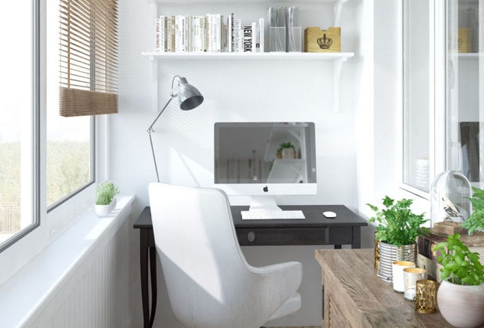 Рабочее место на лоджии прекрасно освещается естественным светом. / Фото: Pinterest.de