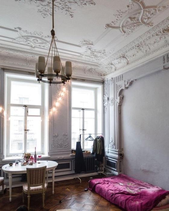 Гипсовая лепнина хорошо смотрится в светлых интерьерах. / Фото: Pinterest.dk