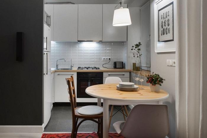 Кухня в белом цвете выглядит просторнее. / Фото: Pinterest.fr