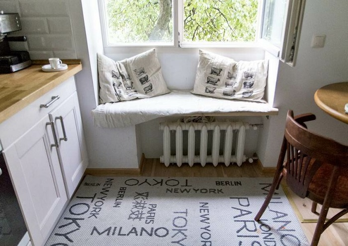 Подоконник можно использовать в качестве места для сидения. / Фото: Pinterest.it