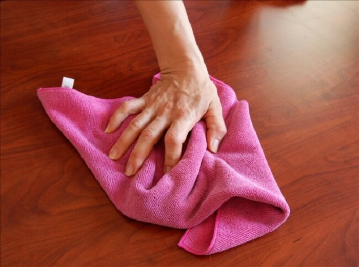Тряпку можно просто намочить и провести влажную уборку. / Фото: Pleshop.ru