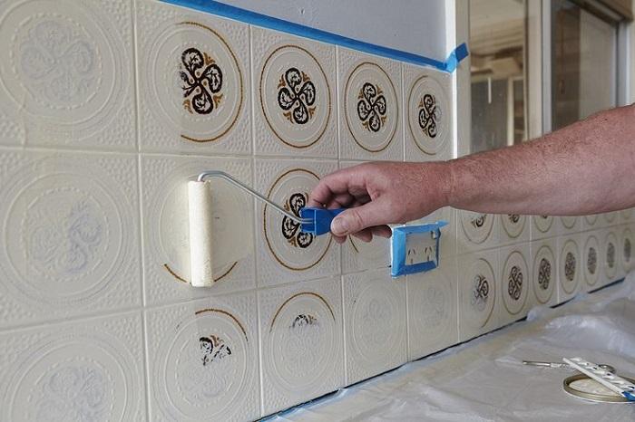Перекрасить плитку можно своими руками. / Фото: Plitkahelp.com