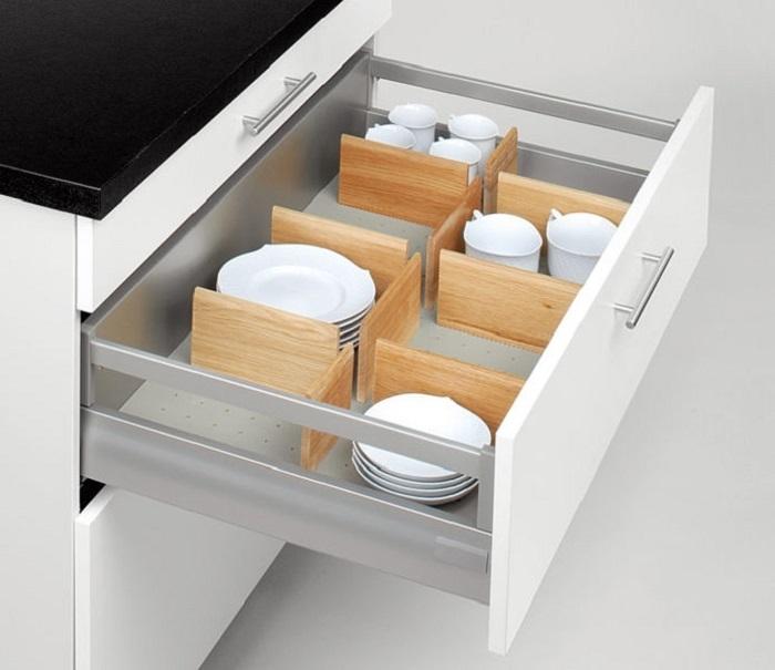Разделители для ящика помогают разделить продукты и кухонные принадлежности на категории. / Фото: Porto-porto.by