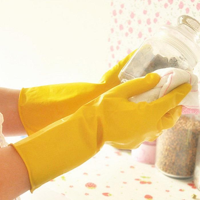 Следите, чтобы посуда не выскользнула из скользких перчаток. / Фото: Posuda40.ru