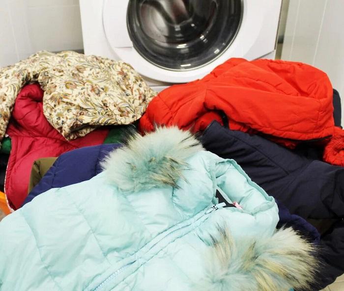 Пуховики нужно стирать на деликатном режиме без отжима. / Фото: Pravilauborki.ru