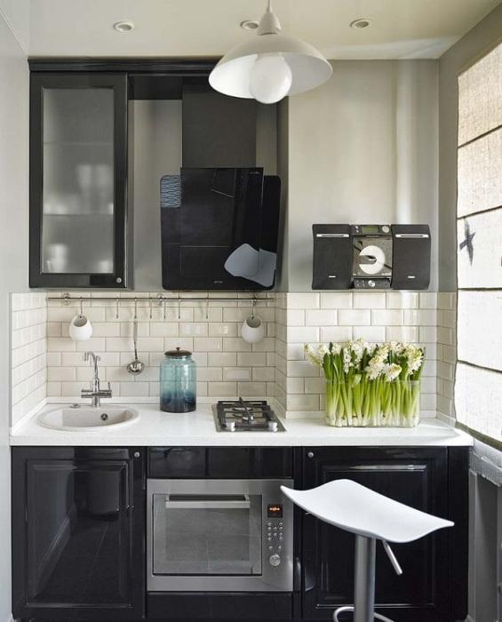 Встроенная духовка и узкая варочная поверхность займут минимум места. / Фото: Profi-groupmsk.ru