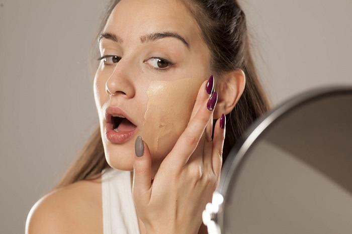 Тональный крем не нужно наносить на все лицо. / Фото: Profi.ru