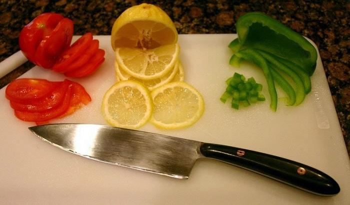 Нельзя все продукты резать одним ножом. / Фото: Prostoprosto.info