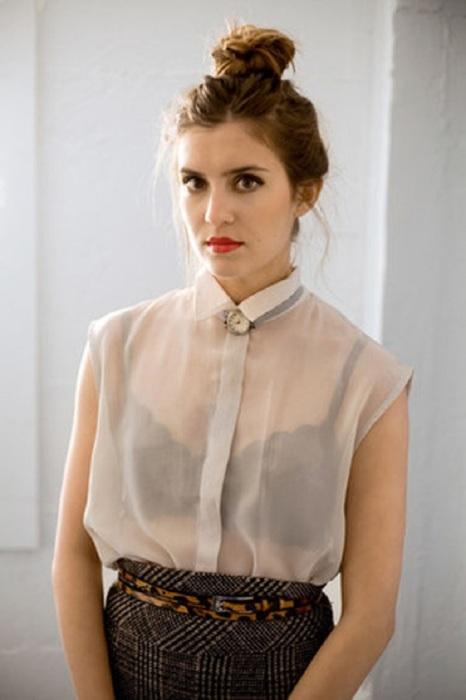 Под просвечивающуюся блузу нужно подбирать телесный бюстгальтер
