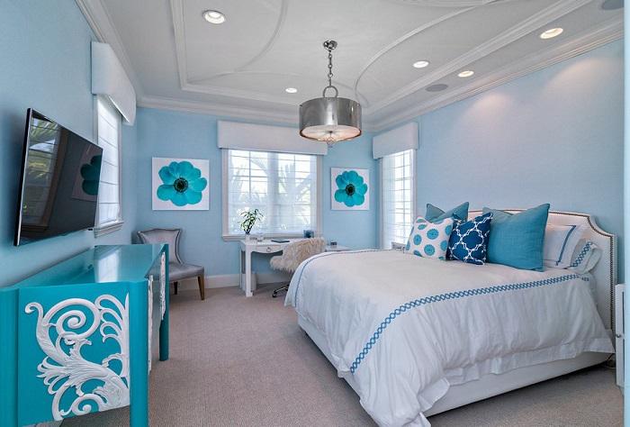 Голубой в оформлении спальни на разных поверхностях будет выглядеть по-разному. / Фото: Remont-samomy.ru