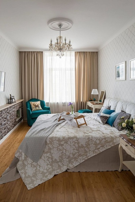 Окно должны обрамлять цветные шторы. / Фото: Remont.boltai.com