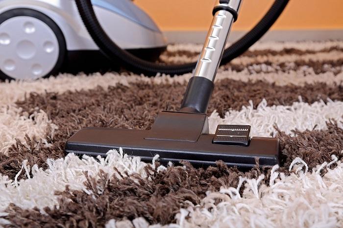 Пушистые ковры сложно пылесосить. / Фото: Remontu.com.ua