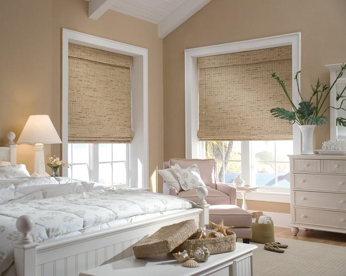 Нейтральные римские шторы в интерьере спальни. / Фото: lumdevelop.ru