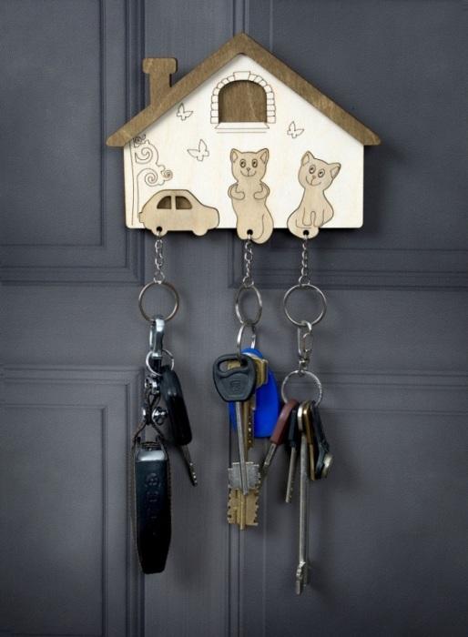 Ключницу можно разместить на двери или стене. / Фото: Rukodelnicam.ru