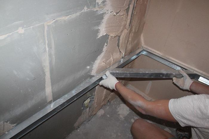 Выравнивать стены нужно только в месте установки встроенной мебели. / Фото: sense-life.com