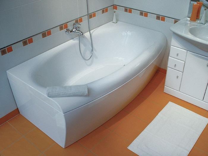 Акриловая ванна дешевле чугунной. / Фото: Santehnika1.ru