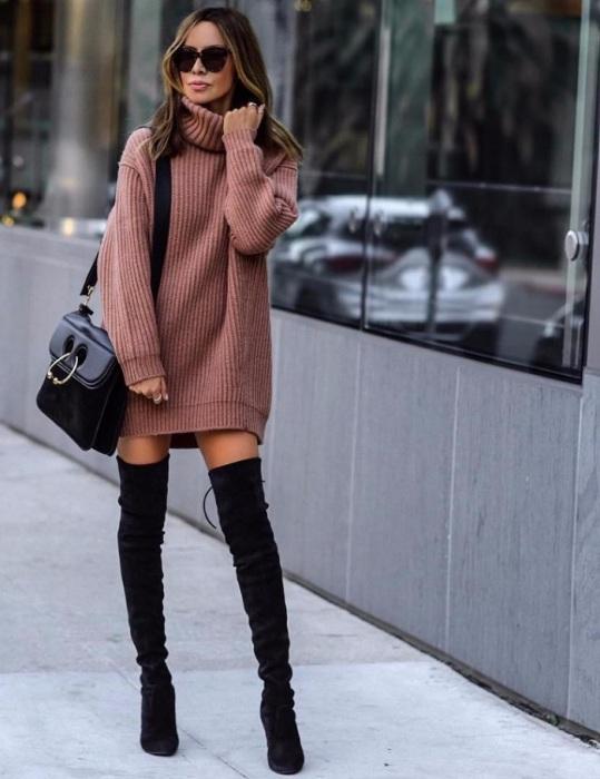 Платье-свитер и ботфорты смотрятся уютно и элегантно. / Фото: Sm-news.ru