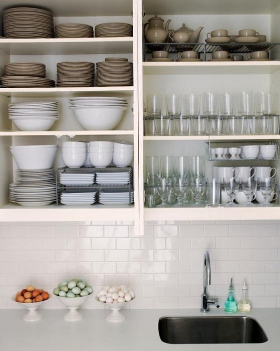 В одном шкафчике может храниться исключительно посуда. / Фото: Soveti-po-remontu.ru