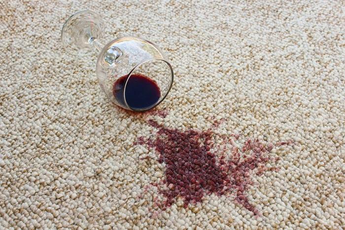 На ковер часто приливают вино. / Фото: Supertrikotazh.ru