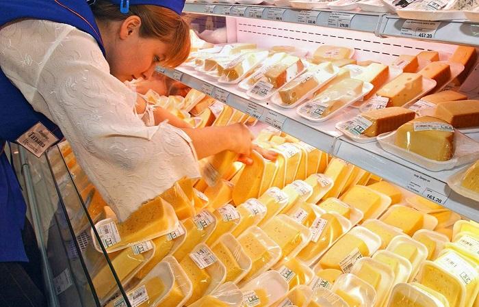 Сыр лежит в разных отделах супермаркета. / Фото: Tass.ru