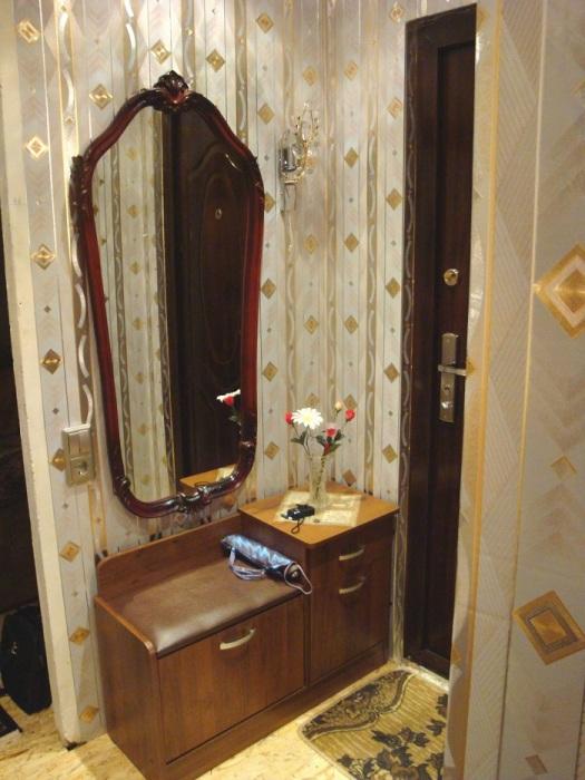 Зеркало - неотъемлемая часть интерьера прихожей. / Фото: Thewalls.ru