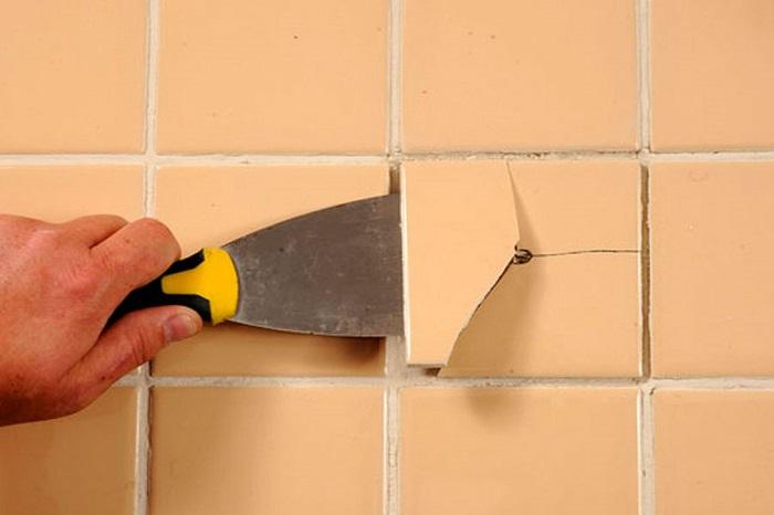 В процессе демонтажа важно не зацепить другую плитку. / Фото: Travel-dom.ru