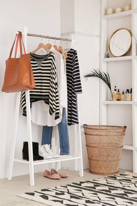 На напольной вешалке можно хранить только похожую по стилю и цвету одежду. / Фото: Tumblr.com