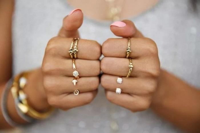 Золотые изделия нужно подбирать в соответствии с тоном кожи. / Фото: Tvoykrem.ru