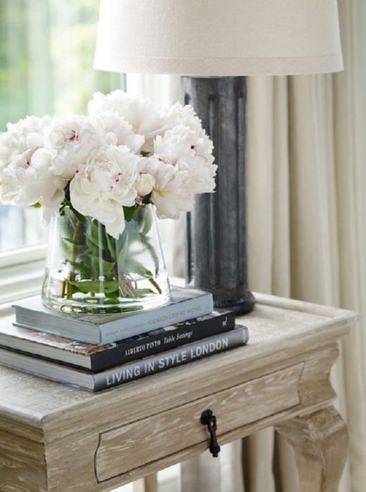 Подложите книги под вазу с цветами, чтобы она выглядела интереснее. / Фото: Ujut-v-dome.ru