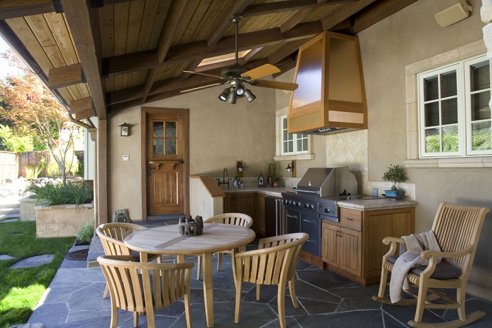 На террасе можно разместить плиту и мойку для удобства. / Фото: Ukr-dom.com.ua