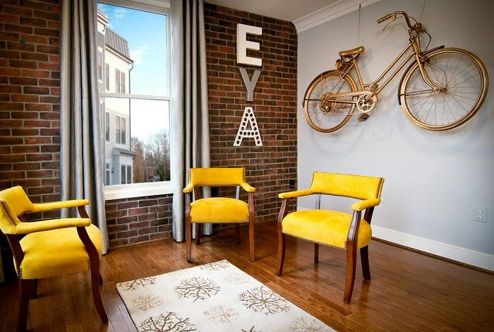 Велосипед на стене в интерьере лофт. / Фото: Uutvdome.ru