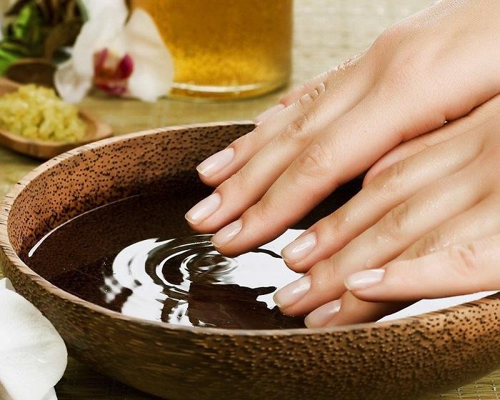 Ванночки с эфирными маслами - то, что нужно для рук и ногтей. / Фото: postila.ru