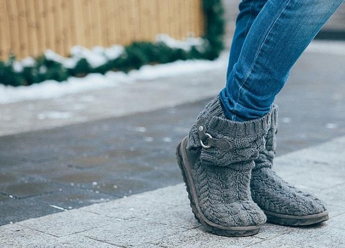 Вязаные угги больше похожи на домашние тапочки, чем на полноценную обувь. / Фото: Vplate.ru