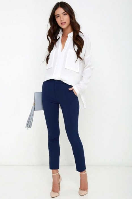 Офисный аутфит - темно-синие брюки и белая блуза. / Фото: Womanadvice.ru