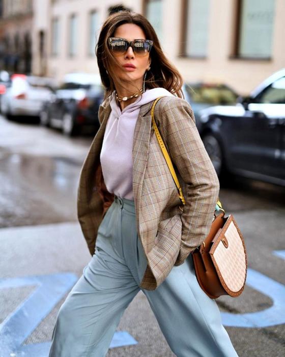 Худи - спортивный элемент, который, однако, хорошо сочетается с пиджаком. / Фото: Zen.yandex.fr