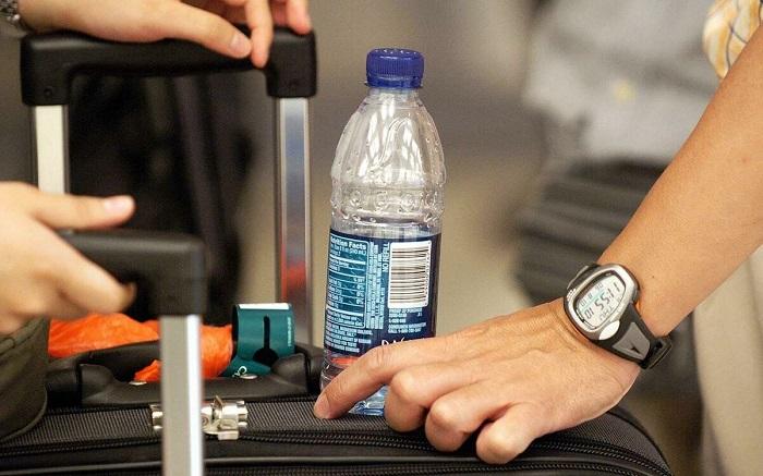 В самолет не разрешают проносить жидкости. / Фото: Zen.yandex.uz