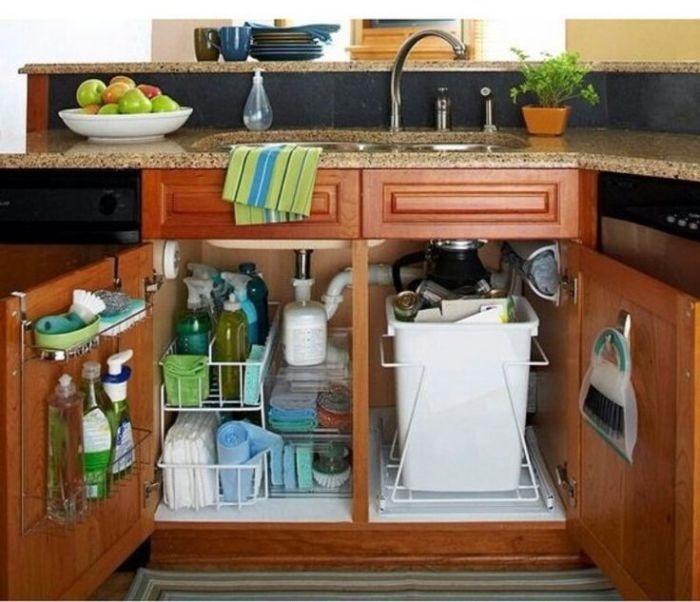 Правильно организованное хранение под раковиной. / Фото: Zhenskij.mirtesen.ru