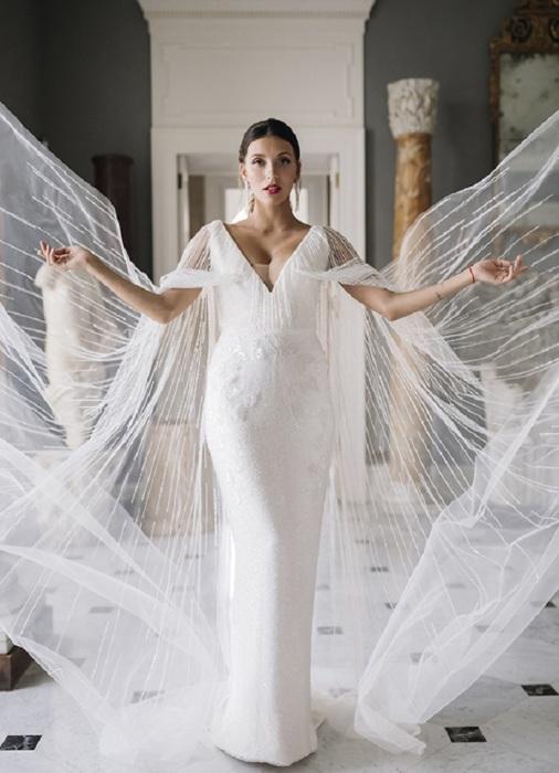 Свадебное платье от бренда Edem с кейпом. / Фото: ace-events.ru