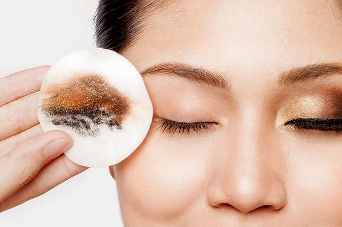 Масло быстро убирает макияж с глаз. / Фото: afrodita-life.ru