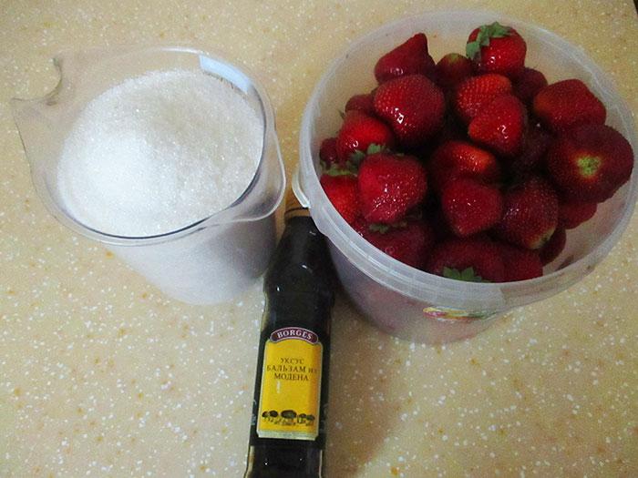 Вкусный рецепт - клубника, сахарная пудра и бальзамический уксус. / Фото: aladka.ru