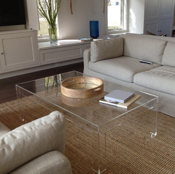 Прозрачный журнальный столик не будет визуально загружать комнату. / Фото: all-designstroy.ru