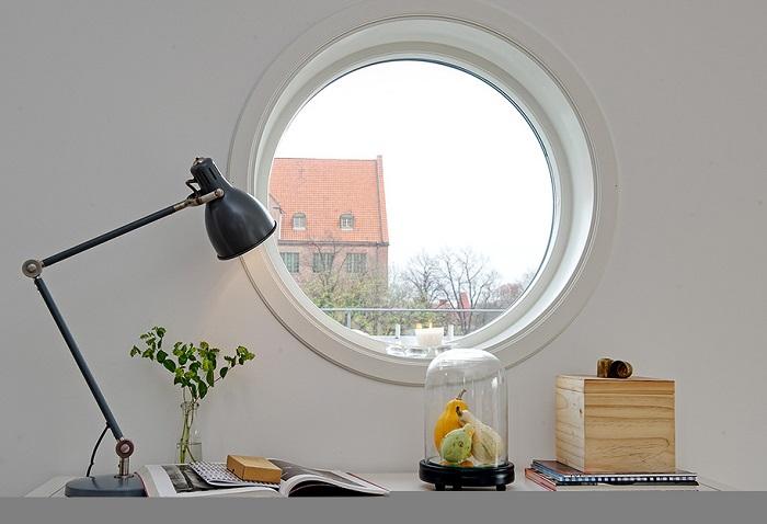 На круглое окно тяжело подобрать шторы. / Фото: altomindretning.dk