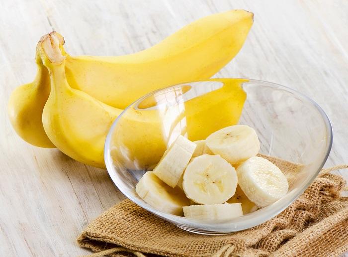 Перед нанесением банана на ватный диск, его нужно измельчить. / Фото: andal.ru