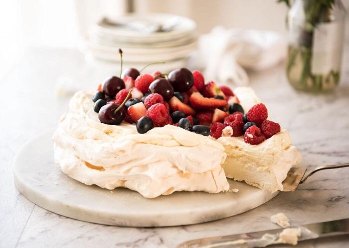 Торт-безе со свежими фруктами. / Фото: ona-znaet.ru