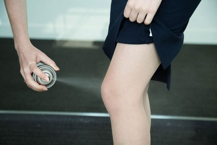 Колготки нужно сбрызнуть специальным антистатиком. / Фото: efrea.com