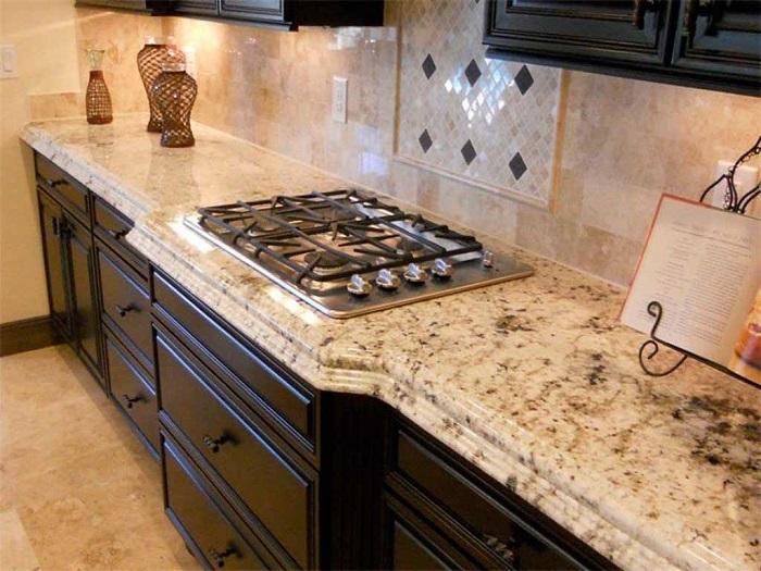 Кухонная столешница из натурального камня. / Фото: armstone-spb.ru