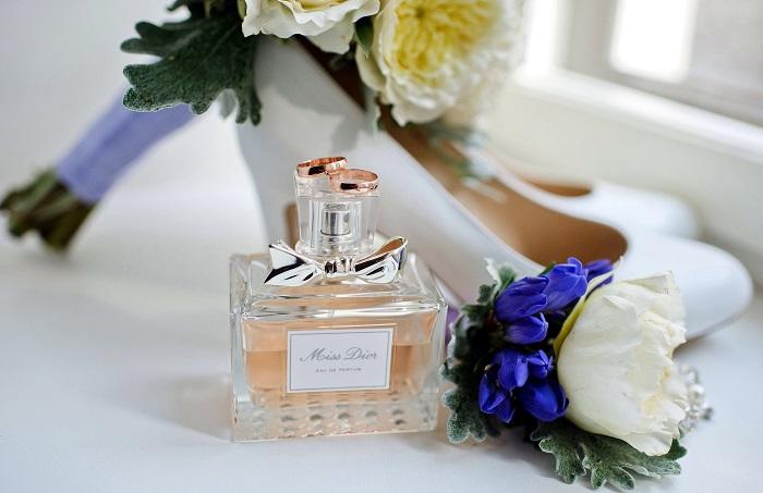 Некоторые компоненты парфюма провоцируют появление пигментации. / Фото: artfile.ru