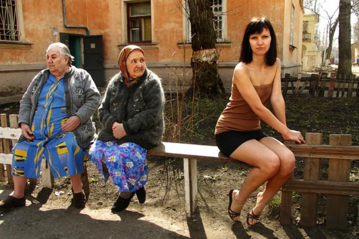 Бабушки считают девушек в коротких юбках нескромными. / Фото: fotostrana.ru