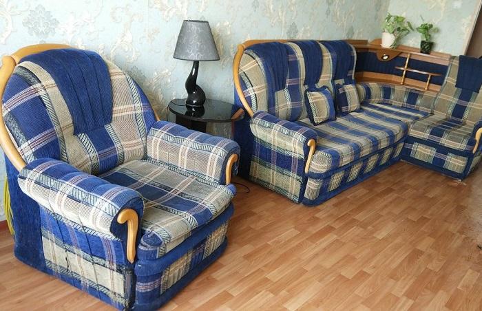 Диван и кресло из одного комплекта смотрятся устарело. / Фото: baraholka.com.ru